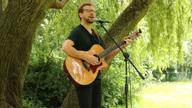 En pleine nature, Tom White Shoes remet la musique en marche